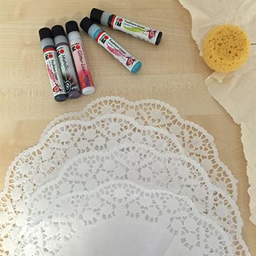 spitzen kissenbezug dank textilfarben von marabu simply kreativ. Black Bedroom Furniture Sets. Home Design Ideas