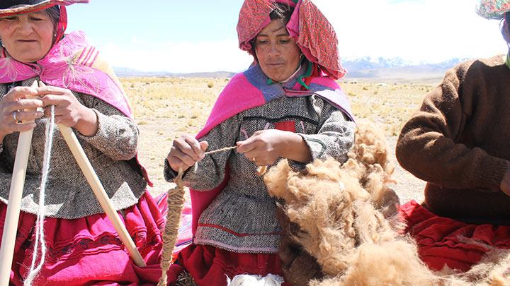 Die Wolle wird Schritt für Schritt mit größter Sorgfalt verarbeitet.